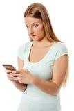 Kvinnaöverföring sms på mobiltelefonen som isoleras på vit Arkivfoto