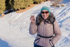 Kvinna 50 år gammalt fotvandra i bergen i vinter, Almaty, Ka Royaltyfri Fotografi