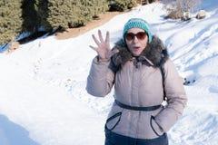 Kvinna 50 år gammalt fotvandra i bergen i vinter, Almaty, Ka Arkivfoto