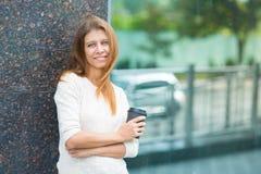 Kvinna 30 år gammalt gå i staden på en solig dag royaltyfri bild