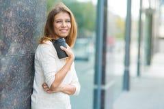 Kvinna 30 år gammalt gå i staden på en solig dag royaltyfri fotografi