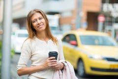 Kvinna 30 år gammalt gå i staden på en solig dag fotografering för bildbyråer