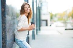 Kvinna 30 år gammalt gå i staden på en solig dag arkivbilder
