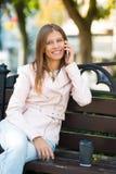 Kvinna 30 år gammalt gå i staden på en solig dag med en kopp royaltyfri foto