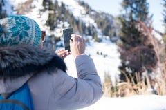 Kvinna 50 år gammalt tagande foto i bergen i vinter, Alma Royaltyfria Foton