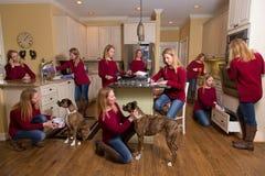 Kvinna överallt i kök Arkivbild