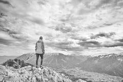 Kvinna överst av berget arkivfoto
