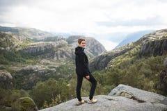 Kvinna överst av det Norge berget royaltyfria bilder