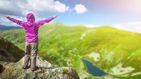 Kvinna överst av ett berg 4k 25fps lager videofilmer