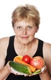 Kvinna (67 gammala år) med frukter Royaltyfri Foto