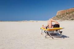 Kvinna alone på stranden 5 Royaltyfri Bild