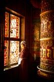 Kvinna av Boudhanath Stupa med bönhjulet, Katmandu, Nepal Fotografering för Bildbyråer