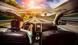 Kvinna bak hjulet av en bil royaltyfria foton