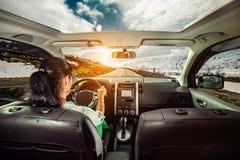 Kvinna bak hjulet av en bil Arkivfoto