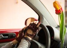 Kvinna bak hjulet av hennes bil Royaltyfri Foto