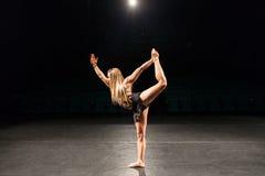 Kvinna bara på etappen som gör kapacitet för modern dans Royaltyfri Bild