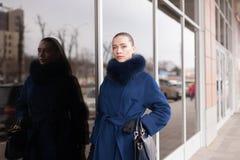 Kvinna blått pälslag, handväska, gata royaltyfria bilder