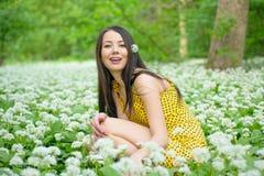 Kvinna bland blommorna Arkivbild