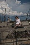 Kvinna bland stads- förfall Arkivbilder