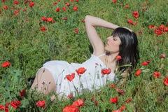 Kvinna bland vallmo Royaltyfria Bilder