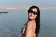 Kvinna bredvid det döda havet, Israel Arkivfoto