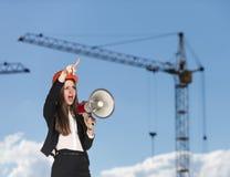 Kvinna-byggmästare, i att skrika för hardhat Arkivfoto
