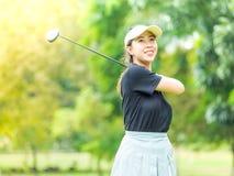 Kvinna efter golfgunga Arkivbilder