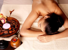 Kvinna efter massage i brunnsortsalong Royaltyfri Foto
