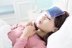 Kvinna fångad förkylning och feber Royaltyfria Foton