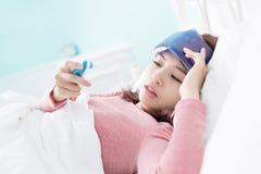Kvinna fångad förkylning och feber Arkivfoton