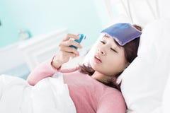 Kvinna fångad förkylning och feber Arkivfoto
