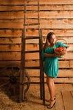 kvinna för äpplekorgholding arkivfoton