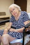 kvinna för åldringögonfokus Arkivbild