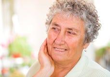 kvinna för åldringögonfokus Arkivfoton