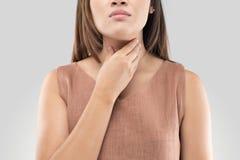 Kvinna för öm hals på grå bakgrund fotografering för bildbyråer