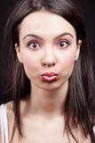 kvinna för överrrakning för uttrycksframsida rolig arkivfoto