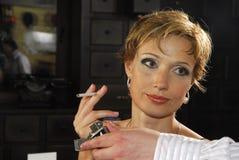 kvinna för 2 cigarett Arkivfoto