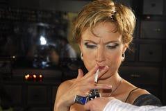 kvinna för 5 cigarett arkivbild