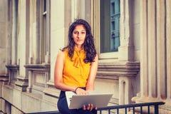 Kvinna för affär för östlig indier för barn som amerikansk arbetar i New York arkivfoto
