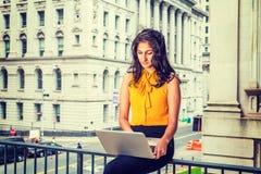 Kvinna för affär för östlig indier för barn som amerikansk arbetar i New York royaltyfri fotografi
