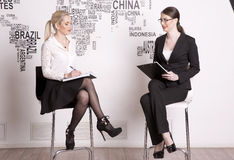 Kvinna för affär två på en vit bakgrund Royaltyfri Foto