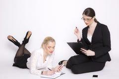 Kvinna för affär två på en vit bakgrund arkivfoton