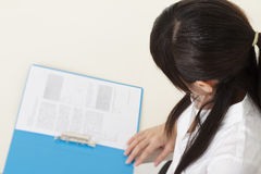 kvinna för affärsavläsningsrapport Arkivbild
