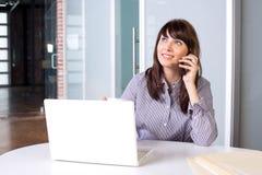 kvinna för affärscelltelefon royaltyfri bild
