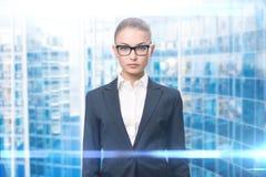 kvinna för affärsexponeringsglasstående royaltyfri bild