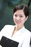 kvinna för affärsmappholding Arkivfoto