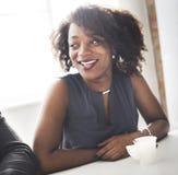 Kvinna för afrikansk nedstigning som ler härligt begrepp royaltyfri bild