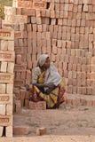 kvinna för arbete för tegelstenfält indisk Arkivbild