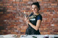 Kvinna för arbetsplats för studio för konstnärtillförselkonstverk royaltyfri bild