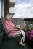 kvinna för avbrottskaffepensionär Arkivbilder